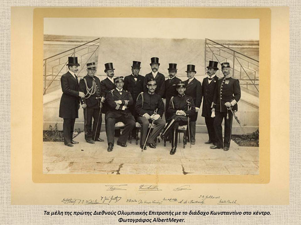 Tα μέλη της πρώτης Διεθνούς Oλυμπιακής Eπιτροπής με το διάδοχο Kωνσταντίνο στο κέντρο.