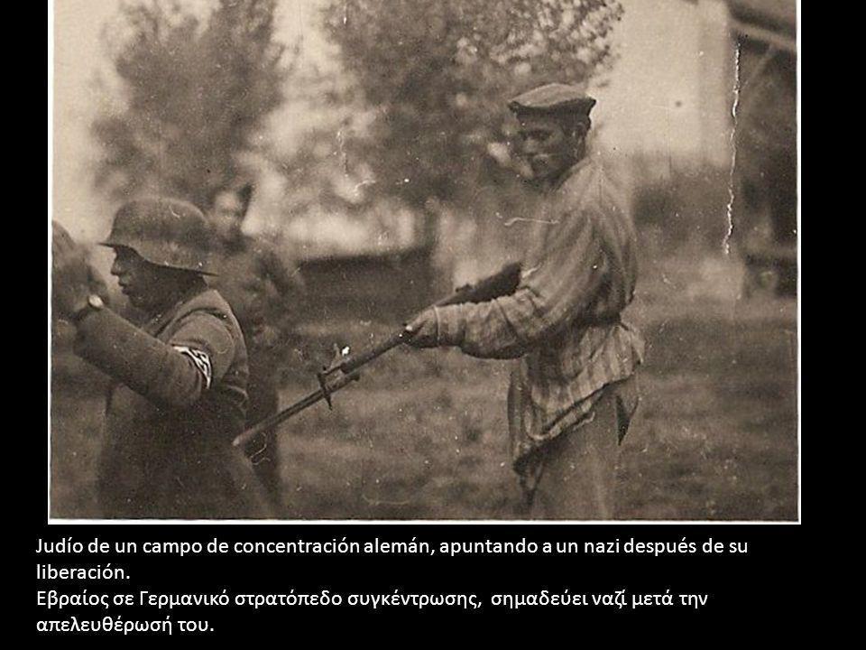 Judío de un campo de concentración alemán, apuntando a un nazi después de su liberación.