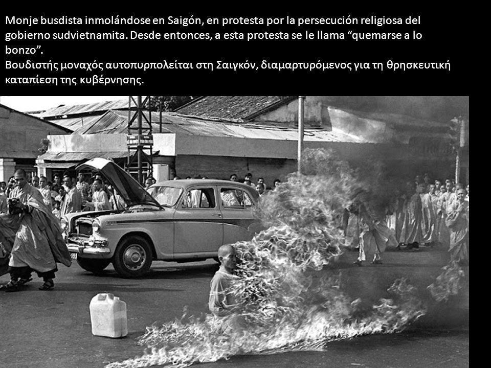 Monje busdista inmolándose en Saigón, en protesta por la persecución religiosa del gobierno sudvietnamita. Desde entonces, a esta protesta se le llama quemarse a lo bonzo .