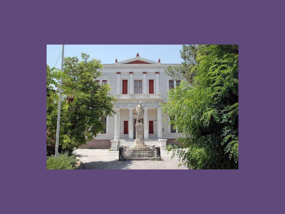 Η πρόσοψη του σχολείου επί της πλατείας φέρει επιρροές από το πρότυπο που καθιέρωσε το Πανεπιστήμιο του Christian Hansen στην Αθήνα