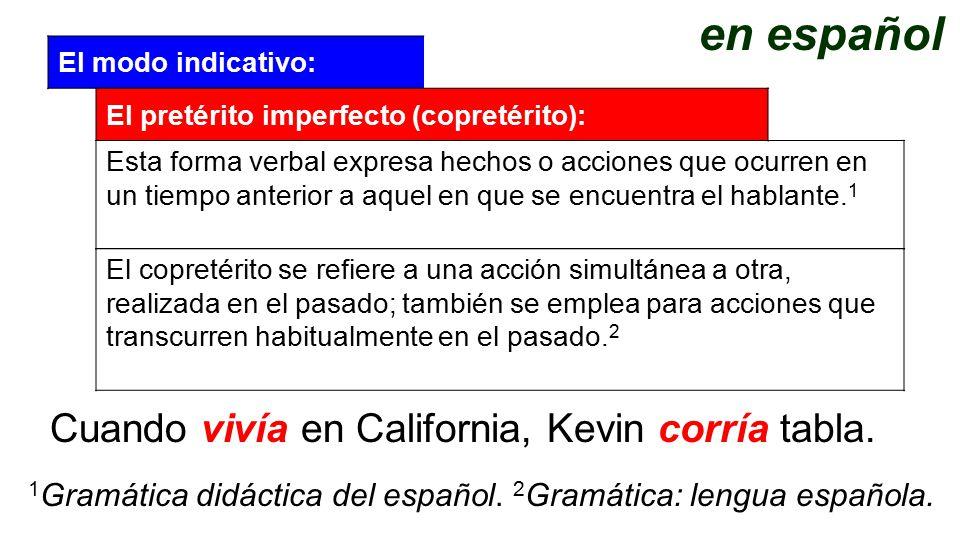 en español Cuando vivía en California, Kevin corría tabla.